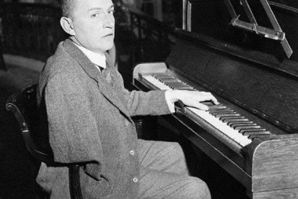 Rakúsky klavirista Paul Wittgenstein sa rozhodol pokračovať v kariére aj po amputácii pravej ruky. Objednal si u Ravela klavírny koncert.