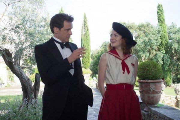 Colin Firth a Emma Stone vo filme Čaro mesačného svitu.
