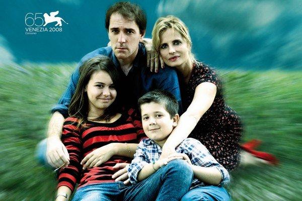 Vysmiata rodinka na plagáte Skvelý deň. Rozvaľuje sa na slnkom zaliatej malebnej horskej lúke, usmieva sa, je šťastná. Vo filme nič z toho neuvidíte.