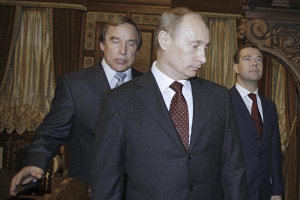 Vladimir Putin v spoločnosti Roldugina (vľavo) v roku 2009.