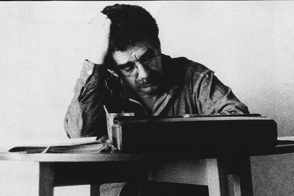 Gabriel García Márquuez (6. marec 1927 – 17. apríl 2014) v Mexico City nad románom Sto rokov samoty.
