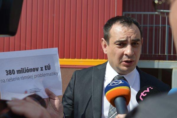 Odstupujúci splnomocnenec pre rómske komunity Peter Pollák na dnešnom brífingu v Jarovniciach. Na riešenie rómskej problematiky zabezpečil Slovensku 380 miliónov eur z EÚ.