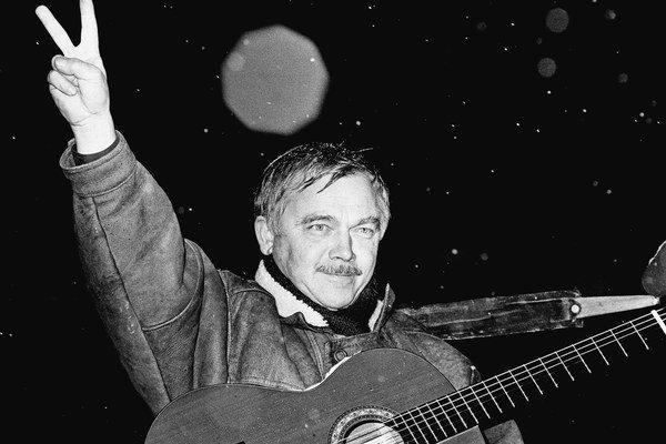 Karel Kryl (12. 4. 1944 - 3. 3. 1994). Na archívnej snímke počas koncertu na bratislavskom námestí SNP v decembri 1989.