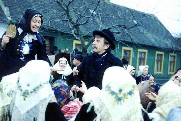 Jozef Kroner ako Sváko Ragan a Hana Slivková ako strynka Juda na vrbovskom jarmoku.