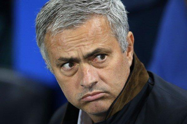 José Mourinho skončil v FC Chelsea po katastrofálnych výsledkoch v Premier League.