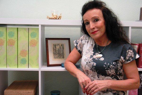 EVA REICHELOVÁ (1955) študovala psychológiu na UPJŠ v Košiciach, prednášala na Filozofickej fakulte Prešovskej univerzity. V klinickej praxi sa venuje psychoterapii detskej aj dospelej klientely. Je autorkou kníh Na chvíľu Freudom – Filiálna terap