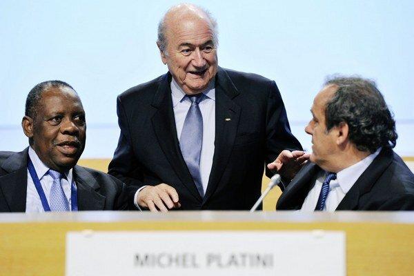 Blatterovi (v strede) robia na fotografii spoločnosť Michel Platini a Issa Hayatou, pričom práve Afričan by mal Blattera dočasne nahradiť na prezidentskej stoličke FIFA.