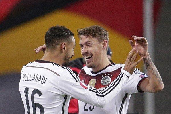 Nemecko od možného fiaska zachránil Max Kruse (vpravo).