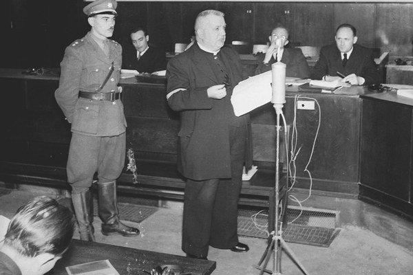 Jozef Tiso v súdnej sieni 30. novembra 1946.