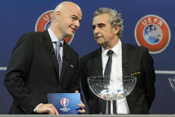 Generálny sekretár UEFA Gianni Infantino (vľavo) sprevádza žrebovania európskych futbalových pohárov.
