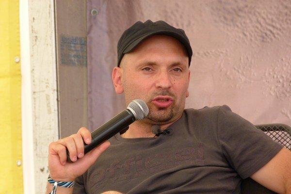 Maroš Krajňak (1972, Svidník), od roku 1991 žije v Bratislave. Vyštudoval na UK v Bratislave sociálnu prácu. V roku 2006 absolvoval International Business School v Brne. Pracuje pre marketing v telekomunikačných službách a on-line.  Debutoval  knihou Carp