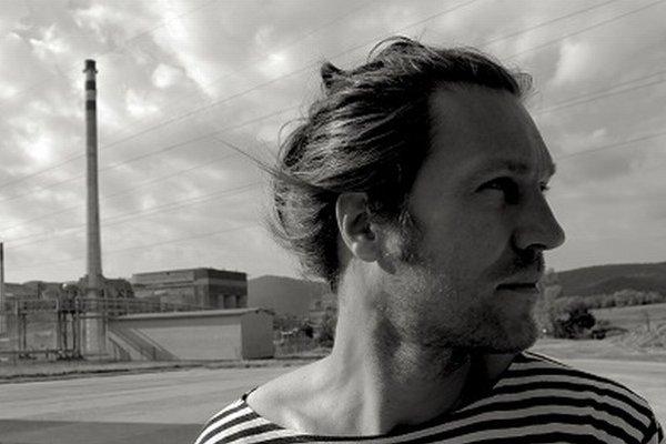 Roman Fábian (1981)Narodil sa v Rakovnici, žije v Bratislave. Vyštudoval réžiu na VŠMU. Do dediny sa vrátil bakalárskym hraným filmom Ja som baník, kto je viac (2012). Hodinový dokument Banícky chlebíček vznikol s príspevkom Audiovizuálneho fondu a RTVS