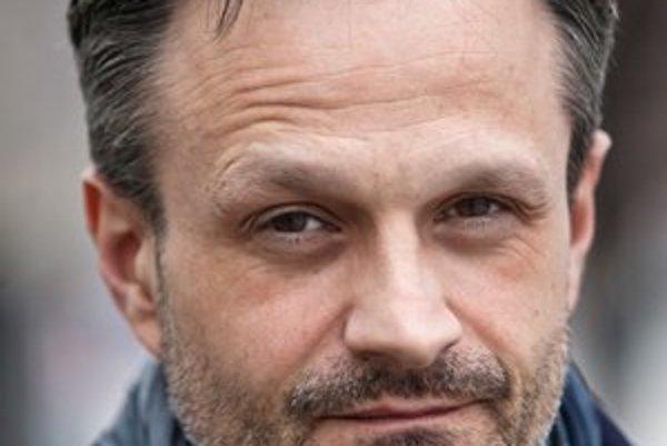 Jozef Dolinský ml. (1970) vyštudoval kulturológiu na FF UK a divadelnú dramaturgiu a réžiu na Akadémii umení. Od roku 1990 bol členom Baletu SND, kde ako prvý sólista stvárnil desiatky postáv. V rokoch 2005 - 2010 bol umeleckým šéfom Baletu Štátnej opery