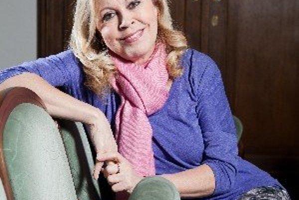 Marta Sládečková (1958) sa narodila v Trenčíne. Po maturite na gymnáziu v Novom Meste nad Váhom nastúpila na herectvo na VŠMU v Bratislave. V poslednom ročníku zamierila do Divadla SNP Martin, kde strávila sedem rokov. V roku 1987 získala angažmán v Divad