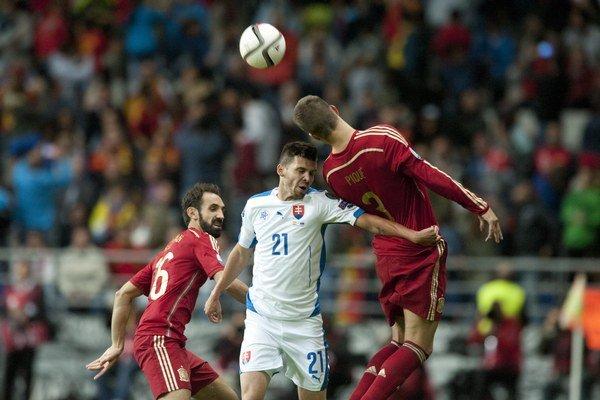 Ďuriš (v strede) odohral na hrote aj druhý polčas kvalifikačného duelu v Oviede proti Španielsku.