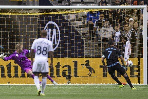 Futbalista New Yorku City David Villa (s číslom 7) strieľa z pokutového kopu víťazný gól do siete Vancouveru Whitecaps.