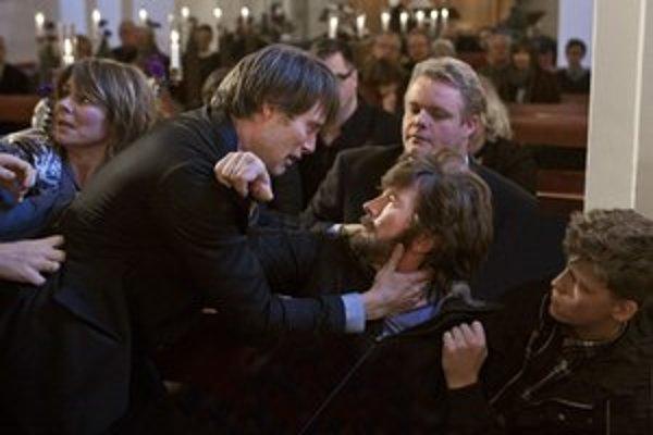 Thomas Bo Larsen (vpravo) a Mads Mikkelsen vo filme Hon. Larsen je jeden z najpopulárnejších dánskych hercov, hral aj v slávnom filme Thomasa Vinterberga Rodinná oslava, Nicolas Windig Refn ho obsadil do populárnej trilógie Pusher.