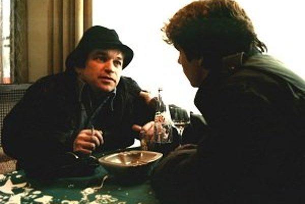 Vekslák Bíny (Roman Skamene) a mladík z malomesta Martin (Jan Potměšil), dvaja hrdinovia filmu Bony a klid
