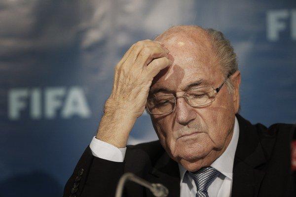 Sepp Blatter čelí veľkému tlaku na svoju osobu.