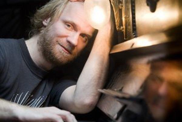 Vladislav Slnko Šarišský (1984)Klavirista a hudobný skladateľ. Narodil sa v Košiciach. Po absolvovaní košického konzervatória študoval kompozíciu u Jevgenija Iršaia na VŠMU v Bratislave. Ako skladateľ a klavirista spolupracoval so Štátnym komorným orche