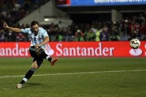 Gonzalo Higuaín nepremenil pokutový kop v penaltovom rozstrele vo finále Copa América proti Čile.