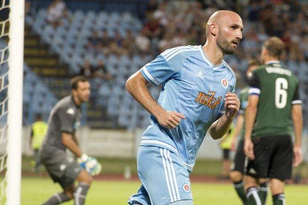 Róbert Vittek sa vracia na vlastnú polovicu po strelení prvého gólu do siete Krasnodaru.