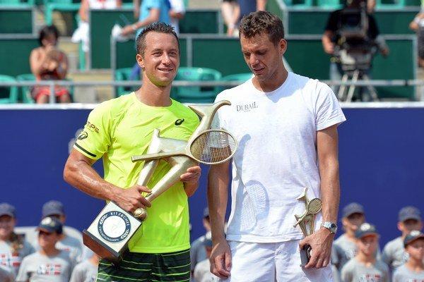 Aj z tohto záberu je zrejmé, že viac radosti mal po zápase víťaž Philipp Kohlschreiber (vľavo).
