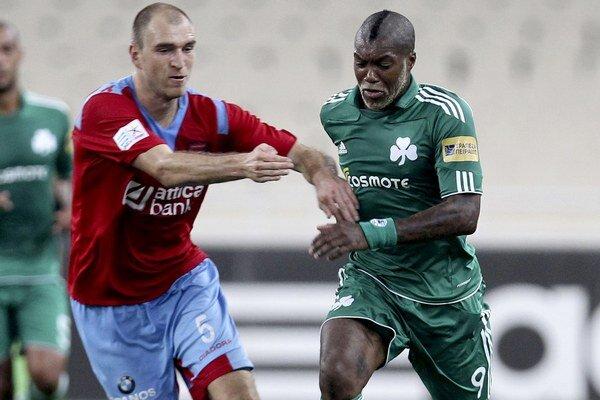 Martin Latka (v súboji s Djibrilom Cissém) je známy svojou záľubou v bojových športoch.