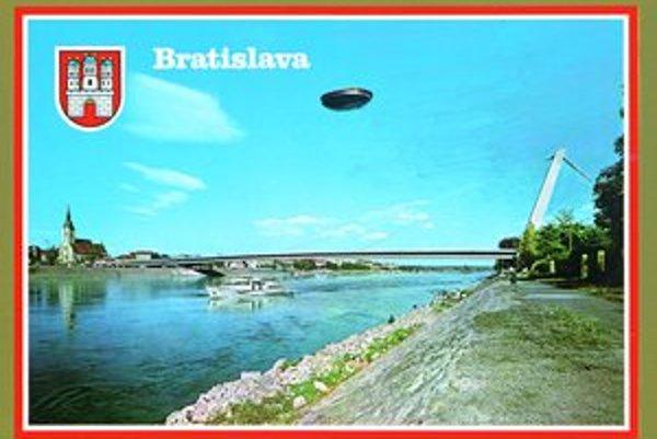 Pohľadnica Post-komunikácia, Bratislava, 1977, na ďalších snímkach jeden z autoportrétov Júliusa Kollera a ukážka z variácií iniciálok UFO – Ukrytý Funkčný Objekt z roku 1978.