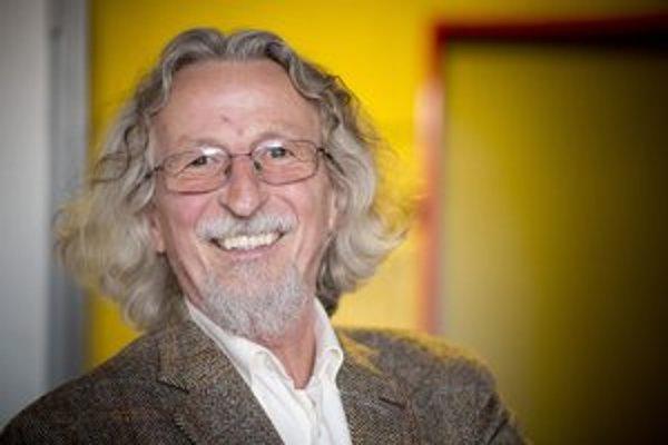 Péter Hunčík (1951) je lekár psychiater. V decembri 1989 založil a stal sa šéfredaktorom prvého nezávislého maďarského časopisu NAP, bol poradcom Václava Havla. Od roku 2002 prednáša na Carleton University v Ottawe.  Za svoju prvú beletristickú knihu Hatá
