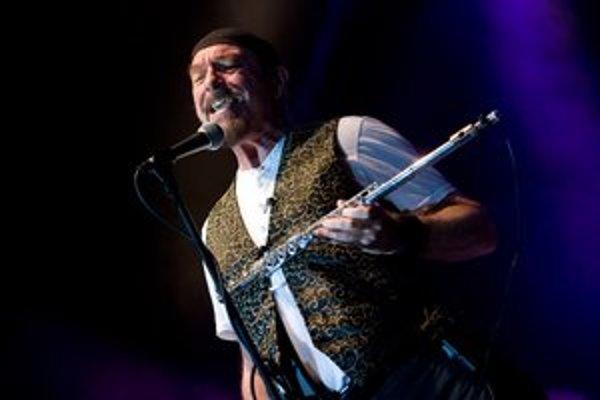 Ian Anderson (65) - spevák, skladateľ, hráč na flautu a gitarista. V roku 1967 založil skupinu Jethro Tull, ktorá dokázala spojiť prvky rocku s folkom,  a dnes je jej jediným pôvodným členom. Počas svojej kariéry predala vyše 60 miliónov albumov. Medzi na