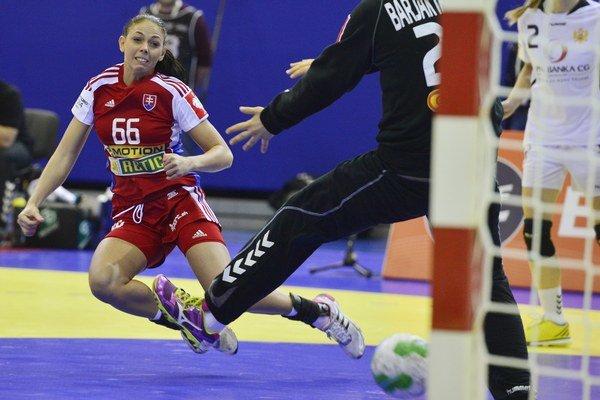 Najlepšou strelkyňou Slovenska v zápase bola Réka Bíziková (vľavo).