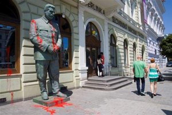 Okrem sochy sa farba dostala aj na fasádu SNG.