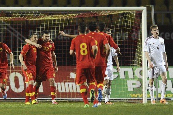 Kostovski (č. 23) sa teší spolu s Agimom Ibraimim z gólu do siete Lotyšska.