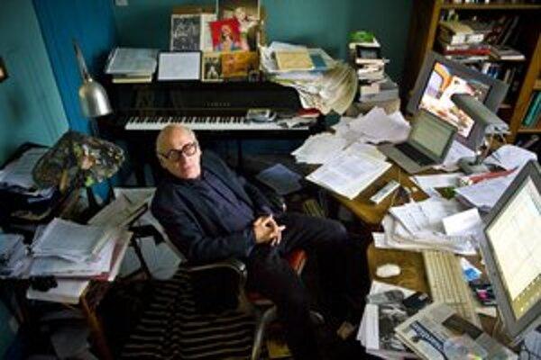 Michael Nyman (1944) vyštudoval hru na klavíri a kompozíciu. Tvrdí, že svoj štýl  našiel, keď sa pokúsil zahrať áriu z Dona Giovanniho na spôsob rokenrolového pianistu Jerryho Lee Lewisa. Známy je najmä zo spolupráce s filmármi, ale napísal i veľmi cenenú