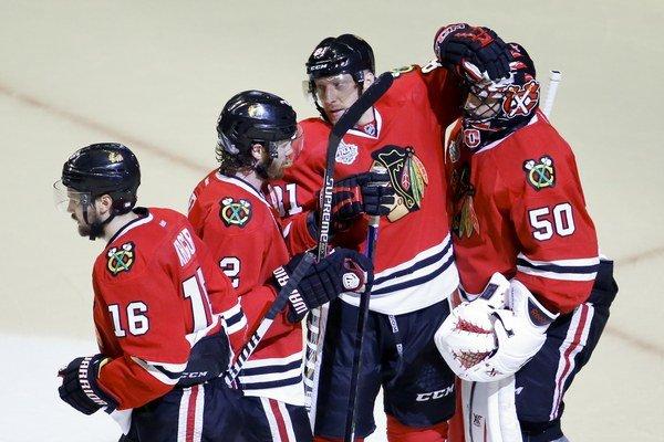 Hokejisti Chicaga oslavujú triumf v štvrtom zápase série. Tešia sa zľava Marcus Krüger, Duncan Keith, Marián Hossa a brankár Corey Crawford.