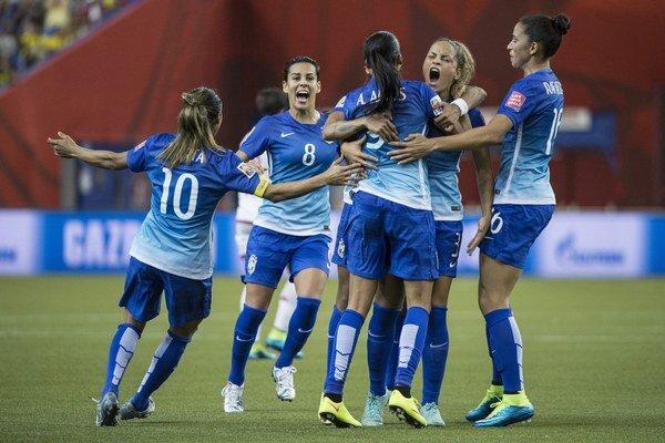 Futbalistky Brazílie sa tešia z gólu do siete Španielska.