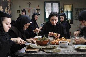 Film rumunského režiséra pátra v kláštore po dôsledkoch činov. Aj tých, ktoré ľudia konajú z lásky.