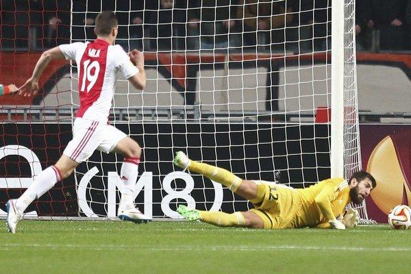 Kuciak likviduje šancu útočníkovi Ajaxu Amsterdam Arkadiuszovi Milikovi.
