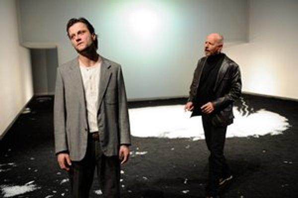 Prostá scéna dáva priestor hercom, výnimočný je najmä Marek Geišberg.