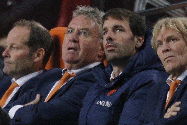 Hiddink (druhý zľava) už nepovedie svojich krajanov z pozície reprezentačného trénera. Funkciu preberá Danny Blind (prvý zľava).