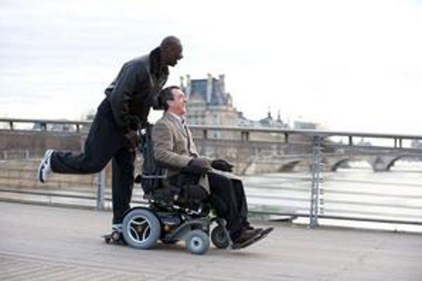 Omar Sy a Francois Cluzet v komédii Intouchables.