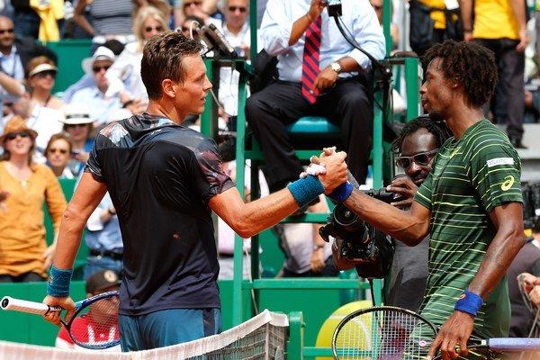 Berdych (vľavo) podal proti Gaelovi Monfilsovi koncentrovaný výkon a zaslúžene postúpil do finále turnaja.