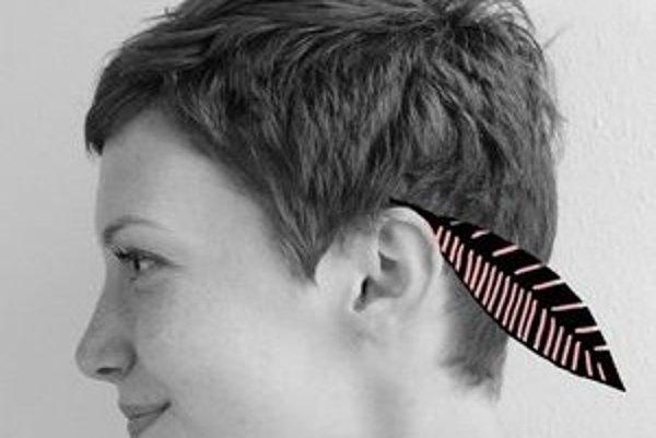 Daniela Olejníková – (1986) vlani absolvovala odbor grafika a iné médiá na VŠVU v Bratislave. V súčasnosti sa venuje najmä digitálnej ilustrácii, no rada ju strieda inými technikami (linoryt, akvarel, akryl). Za práce O basetovi, ktorý neznášal mľaska