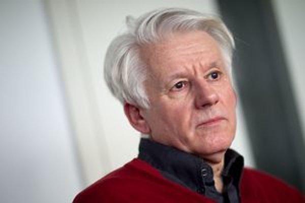 Emil Horváth (1945) študoval herectvo na VŠMU, do roku 1976 mal v angažmán Divadla SNP v Martine, šesť rokov bol na Novej scéne, od roku 1984 je členom SND, kde hrá v súčasnosti v produkciách Coriolanus, Chrobák v hlave, Rozbitý džbán, Zlatí chlapci či Kv