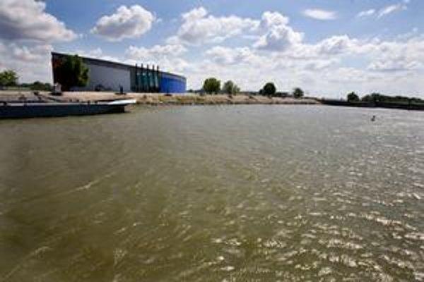 Danubiana stojí pri vodnom diele. Navštíviť ju môžete autom alebo loďou.