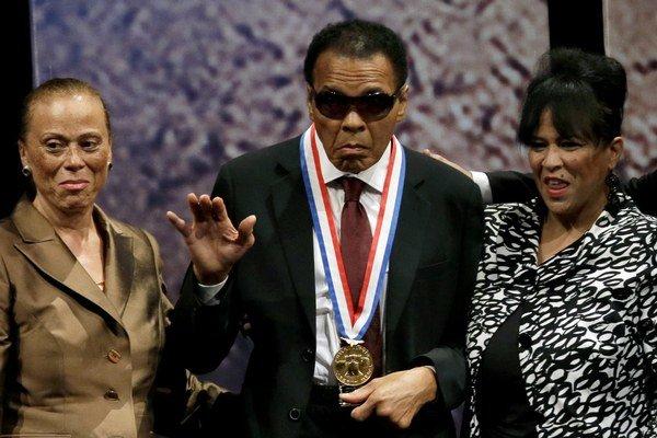 V roku 2012 si Muhammad Ali prevzal Medailu slobody za dlhoročný boj mimo ringu v oblasti ľudských práv či náboženskej slobody.