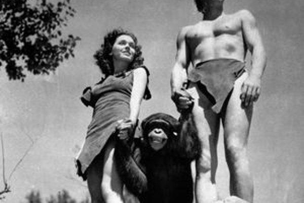 Johnny Weissmuller ako Tarzan, Maureen O'Sullivan ako Jane, a šimpanz Cheetah počas natáčania v roku 1932.