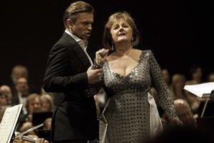 Edita Gruberová vyštudovala Konzervatórium a VŠMU v Bratislave. V Opere SND sa pre talentovanú speváčku nenašlo miesto, začínala preto v Banskej Bystrici. V Roku 1970 začala spolupracovať s viedenskou Staatsoper, čoskoro spievala v Metropolitnej opere