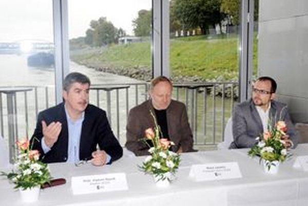 Riaditeľ SOZA Vladimír Repčík (vľavo), predseda výboru Matúš Jakabčic a popredseda výboru Rastislav Dubovský.